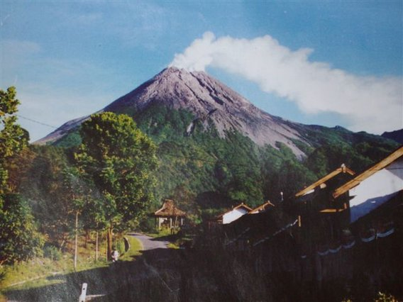 Smoking-mt-merapi