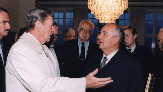 Reagan_gorbachev_negotiate_outside_reykjavik_summit2