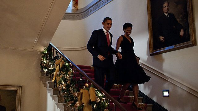 800px-michelle_and_barack_obama_descend_the_grand_staircase_of_white_house2