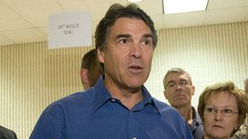 800px-fema_-_37933_-_gov._rick_perry_visits_fema_shelter_in_texas