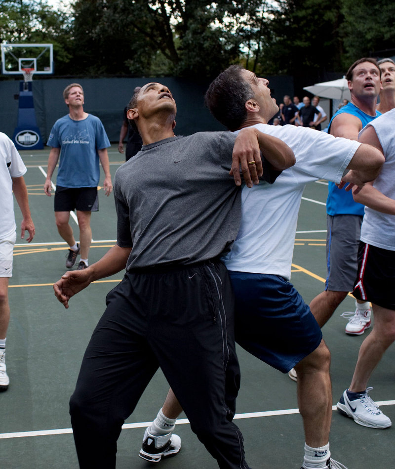 Barack_obama_playing_basketball