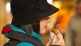 Woman_eating_cookie