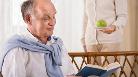 Older_man_reading