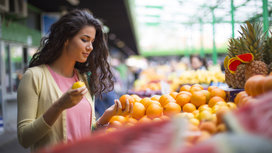 Woman-buying-fruit