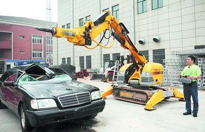 Chen Guangbiao smashes Benz with remote jackhammer